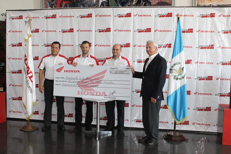 Entrega del donativo por ejecutivos de Honda